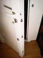 Blindage de porte avec barre de pivot