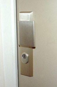 Porte avec poignée blindée